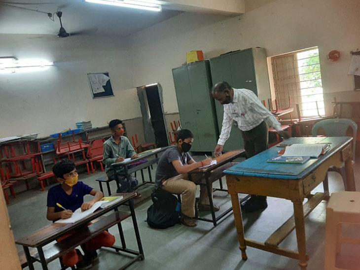 ટીપી 13માં આવેલી પંડિત દિનદયાલ ઉપાધ્યાય પ્રાથમિક શાળાના આચાર્યે 2013માં અંગ્રેજી માધ્યમના વર્ગો શરૂ કર્યા હતા. - Divya Bhaskar