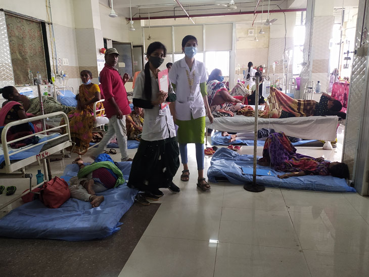 સયાજી હોસ્પિટલની ઓપીડીમાં દર્દીઓનો સવારથી જ ધસારો રહે છે. મહિલા વોર્ડમાં બેડના અભાવે દર્દીઓને નીચે સૂવડાવવા પડ્યાં હતાં. - Divya Bhaskar