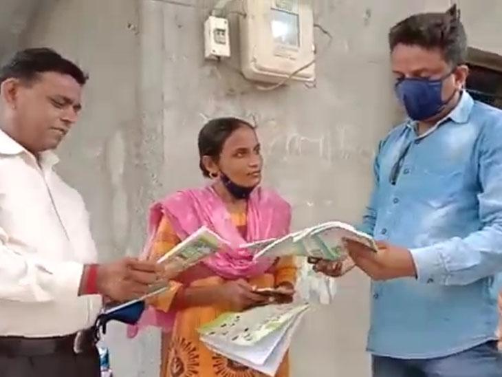 સોમા તળાવ પાસેની આંગણવાડી ખાતેથી મુસ્લિમ ધર્મના પુસ્તકો મળી આવતાં મહિલા કાર્પોરેટરે સંચાલિકાની પૂછપરછ કરી હતી. આ અંગે પોલીસને જાણ કરાતાં તપાસ શરૂ કરવામાં આવી છે. - Divya Bhaskar