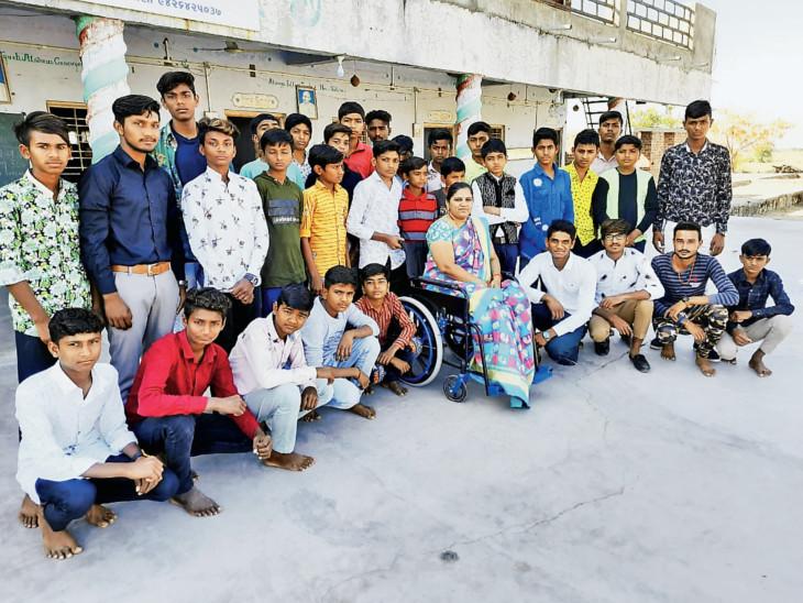 દિવ્યાંગ શિક્ષક વિદ્યાર્થીઓ સાથે - Divya Bhaskar