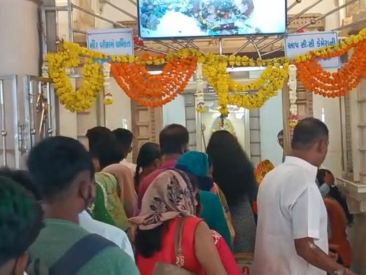 શિવ મંદિરોમાં શ્રાવણ માસ દરમિયાન શિવલીંગને સ્પર્શ નહીં થાય અને મુખ દર્શન થાય તેવી વ્યવસ્થા કરવામાં આવી