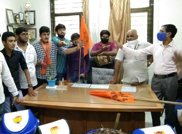 અમદાવાદમાં ABVPના કાર્યકરોએ RC ટેક્નિકલ કોલેજમાં કચરો વાળી પ્રિન્સિપાલ ઓફિસમાં લઈ જઈ વિરોધ કર્યો અમદાવાદ,Ahmedabad - Divya Bhaskar