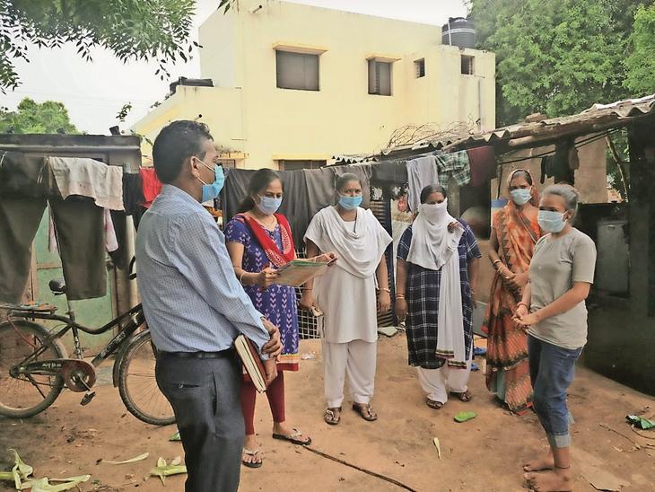 સરપંચો, પંચાયત સભ્યો, સમાજોના આગેવાનોને સાથે રાખી 100 ટકા રસીકરણ કરાયું. - Divya Bhaskar