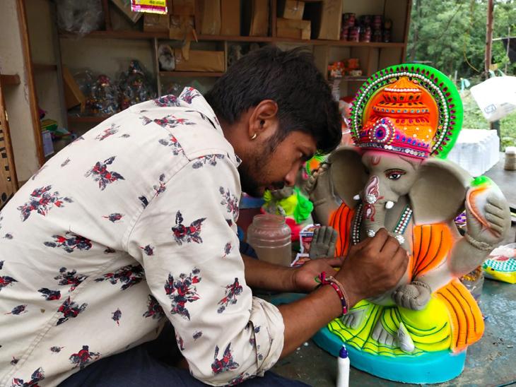 વિધ્ન દૂર કરવા ઘરે જ વિઘ્નહર્તાની મૂર્તિનું સ્થાપનનો મહિમાં વધ્યો. - Divya Bhaskar
