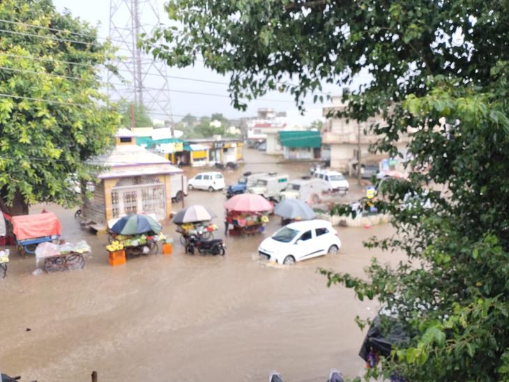 જલોત્રામાં સોમવારે એક કલાકમાં 2 ઇંચ વરસાદ પડ્યો હતો. જેને લઇ રસ્તાઓ ઉપર પાણી ભરાયા હતા. - Divya Bhaskar