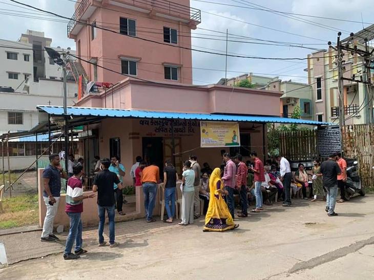 બારડોલી નગરની કેશરકુંજ સોસાયટીમાં સોમવારે યોજાયેલા વેક્સિનેશન કેમ્પમાં ઉત્સાહજનક માહોલ વચ્ચે  મોટી સંખ્યામાં બારડોલીવાસીઓએ રસી મુકાવી હતી. - Divya Bhaskar