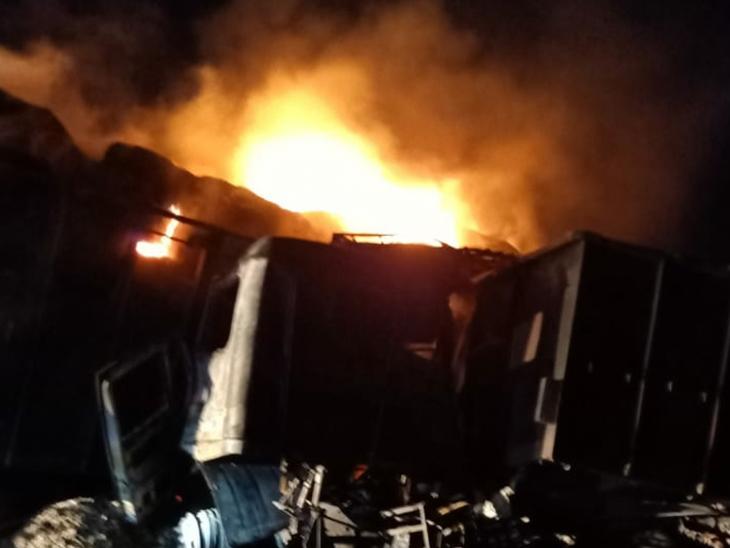 ટ્રેલર અને ટ્રક વચ્ચે બંને વાહનોમાં ભયંકર આગ ફાટી નીકળી હતી - Divya Bhaskar