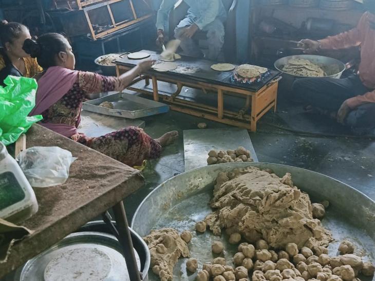 પશુઓને ખવડાવવા માટે બનાવાઇ રહેલી રોટલી - Divya Bhaskar