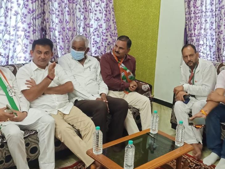 કોરોના મૃતક પરિવારોને સાંત્વના પાઠવતા વિપક્ષી નેતા - Divya Bhaskar