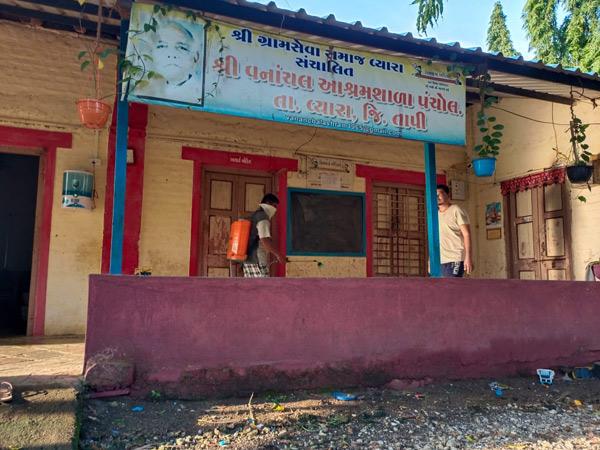 વિદ્યાર્થીઓના આગમન પૂર્વે આશ્રમ શાળાઓને સેનેટાઇઝ કરી દેવાઇ. - Divya Bhaskar