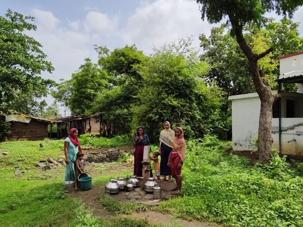 એક ઘડો પાણી મેળવવા હેન્ડપંપ પર ટોળે વળેલી મહિલાઓ. - Divya Bhaskar