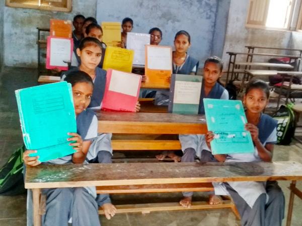 લખતરની એ.વી.ઓઝા શાળાના શિક્ષકે બાળકોને ભાર વિનાના ભણતર માટે અનોખો પ્રયોગ હાથ ધર્યો છે. - Divya Bhaskar