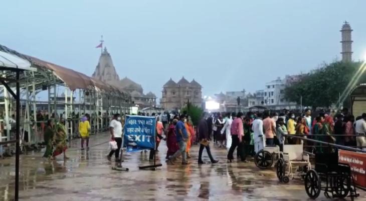 સોમનાથ મંદિરએ વરસતા વરસાદમાં પણ શિવભકતો ઉમટી રહેલ
