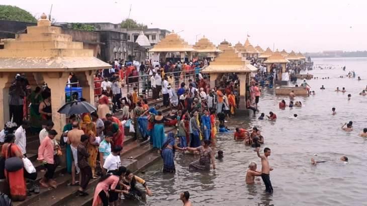 આજના પાવન દિવસે ત્રીવેણી સંગમ નદીમાં સ્નાનની ડુબકી લગાવી રહેલ ભાવિકો - Divya Bhaskar