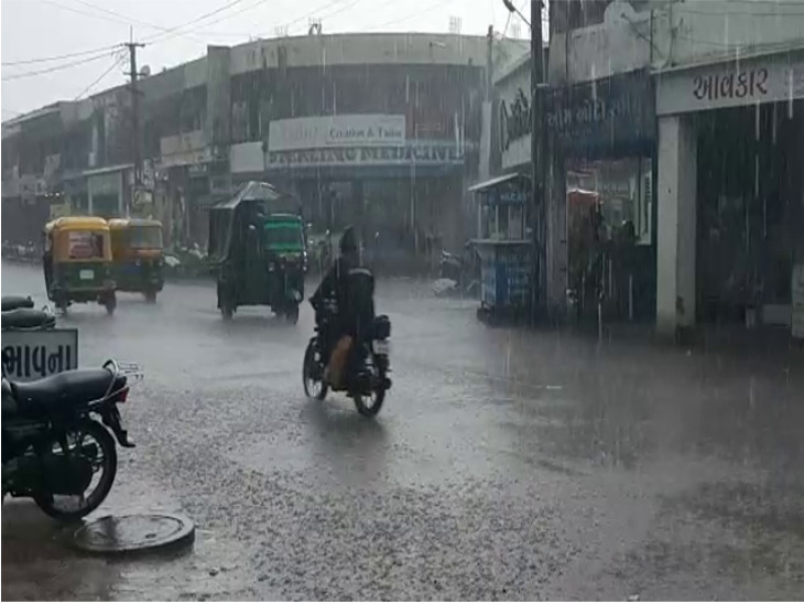 ગોંડલમાં ગાજવીજ સાથે ધોધમાર, રસ્તા પર પાણી ફરી વળ્યાં, જસદણ પંથકમાં ધીમીધારે વરસાદ રાજકોટ,Rajkot - Divya Bhaskar