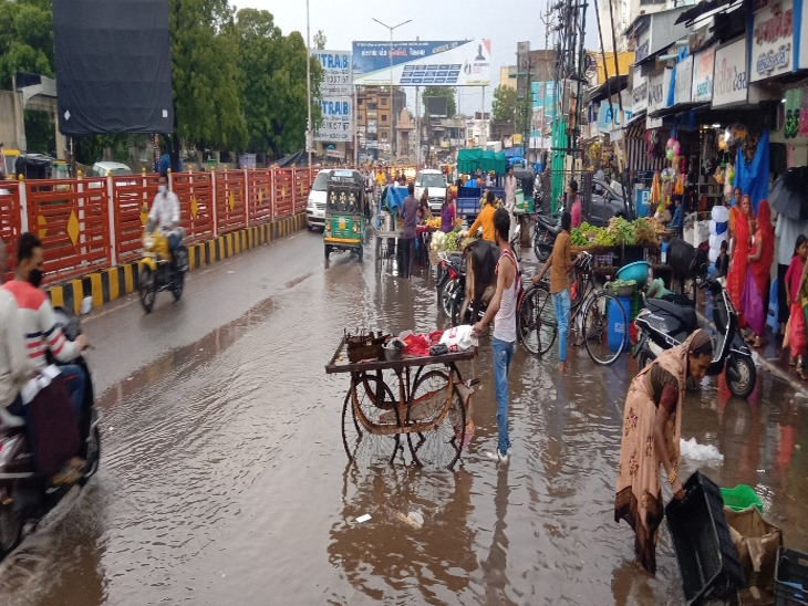 પાટણ શહેરમાં સોમવારે સાંજે વરસાદી માહોલ જામ્યો હતો. જેમાં શહેરના નીચાણવાળા વિસ્તારોમાં પાણી ભરાયાં હતાં. - Divya Bhaskar