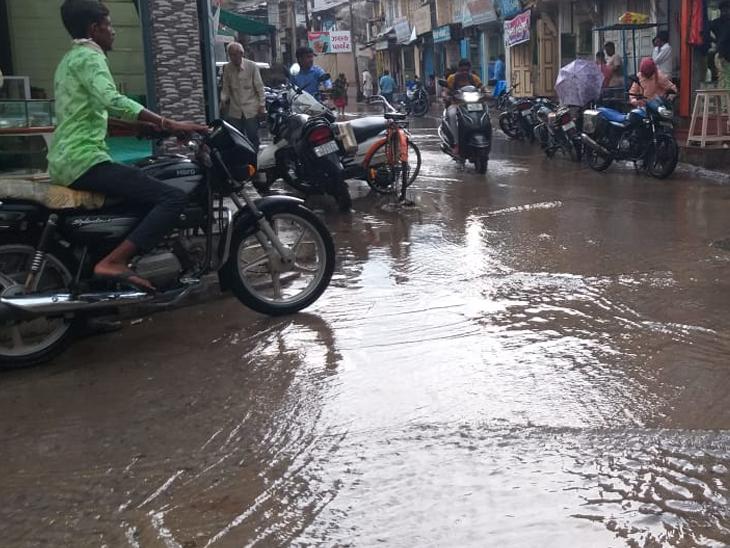 વડનગર પંથકમાં સોમવારે સાંજે વરસાદી ઝાપટું પડતાં પાણી રેલાયાં હતાં. સાથે વાતારવરણમાં ઠંડક પ્રસરી હતી. - Divya Bhaskar