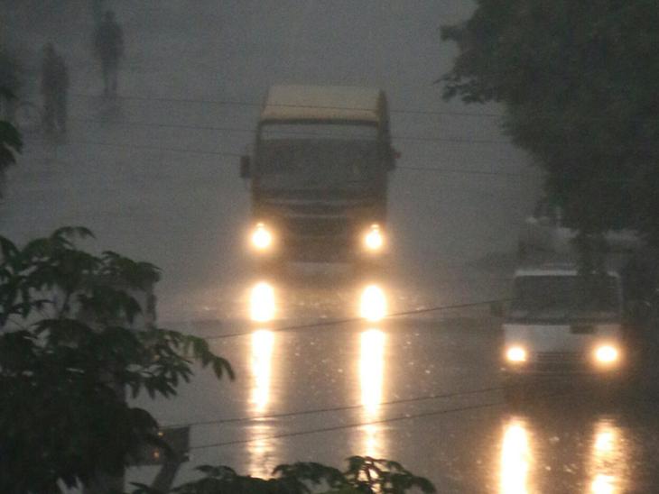 સવારે વિઝિબિલિટી પણ ઘટી ગઈ હતી, સવારે 10 વાગ્યા પછી દિવસભર તડકો - Divya Bhaskar