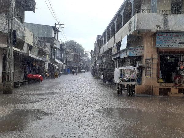 અમરેલીના લાઠીમાં એક ઇંચ વરસાદથી શહેરના રોડ પર પાણી વહેતા થયા. - Divya Bhaskar