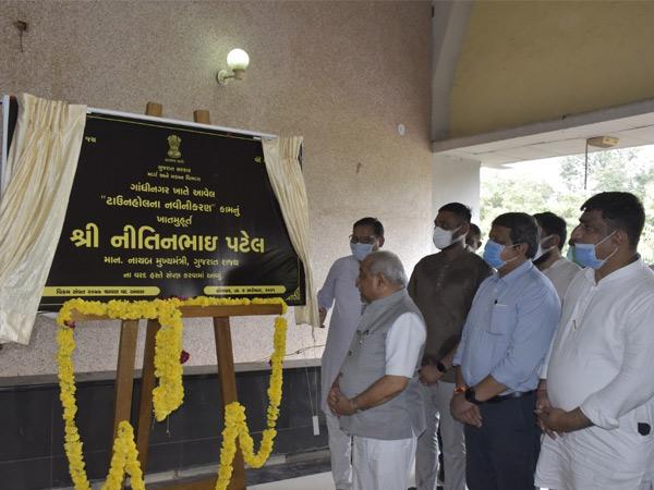 સેક્ટર-17 ખાતે ટાઉનહોલના નવીનીકરણની કામગીરીનો આરંભ. - Divya Bhaskar