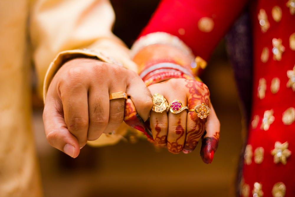 એક યુવકને બે યુવતી સાથે પ્રેમ થયો, બંને યુવતીઓને લગ્ન કરવા હતાં, ગ્રામ પંચાયતે સિક્કો ઉછાળીને નિર્ણય કર્યો|લાઇફસ્ટાઇલ,Lifestyle - Divya Bhaskar