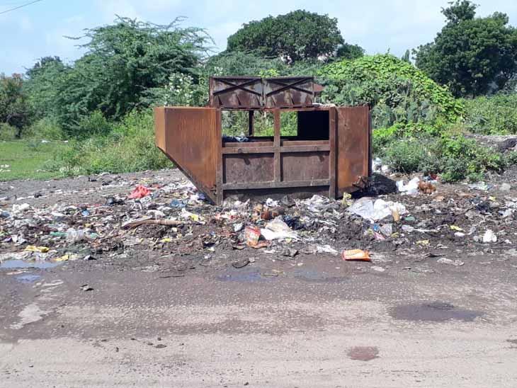 જસદણની પંચવટી સોસાયટીમાં કચરો પેટીની બહાર ગંદકી છલોછલ જસદણ,Jasdan - Divya Bhaskar