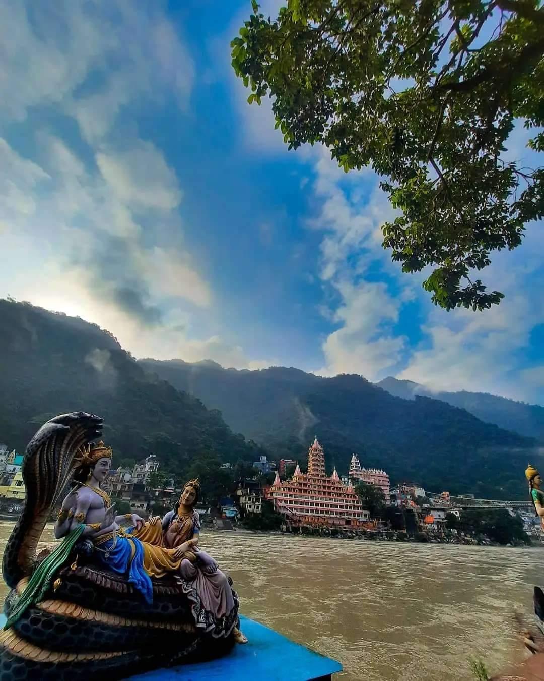 ત્રિવેણીઘાટ એ ત્રણ પવિત્ર નદીઓના સંગમ પર આવેલો છે. જેથી શ્રદ્ધાળુઓ પોતાનાં પાપોને ધોવાના ભાવથી શ્રદ્ધાની ડૂબકી લગાવે છે