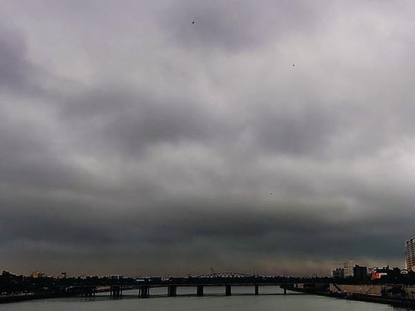 અમદાવાદમાં દિવસ આખો કાળા ડિબાંગ વાદળ ઘેરાયેલા રહ્યા, ભર બપોરે અંધારું છવાયું છતાં ઝાપટાંથી વધુ વરસાદ ન થયો અમદાવાદ,Ahmedabad - Divya Bhaskar