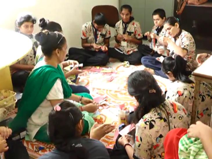 સુરતમાં 40 વર્ષથી કરાતી ગણેશ સ્થાપનાને મંડળે કોરોનાની સંભવિત ત્રીજી લહેરને કારણે સ્થગિત કરી, ગણેશ પ્રતિમાની કિંમત દિવ્યાંગોના શિક્ષણ માટે આપી|સુરત,Surat - Divya Bhaskar