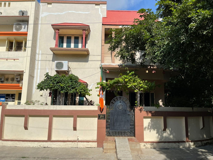 રાજકોટમાં વિજય રૂપાણીના ઘર સહિત સમગ્ર વિસ્તાર અને ભાજપ કાર્યાલયમાં સન્નાટો, માનીતાઓના ચહેરા ઉતર્યા|રાજકોટ,Rajkot - Divya Bhaskar