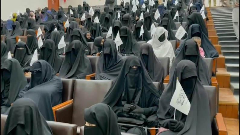તાલિબાન રાજમાં કાબુલ યુનિવર્સિટીની પહેલી ક્લાસ; યુવતીઓને બુરખામાં બોલાવવામાં આવી, શરિયા કાયદાના શપથ અપાવ્યા વર્લ્ડ,International - Divya Bhaskar