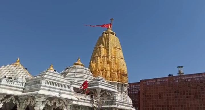 યાત્રાધામ અંબાજી મંદિરમાં સાણંદ નજીકના એક ભક્તે 251 ગ્રામ સુવર્ણનું દાન કર્યું પાલનપુર (બનાસકાંઠા),Palanpur (Banaskantha) - Divya Bhaskar