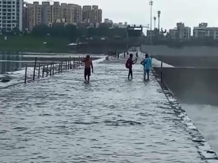 ઉકાઈ ડેમમાંથી 22 હજાર ક્યુસેકથી વધુ પાણી છોડાતા સુરતનો કોઝ-વે ઓવરફ્લો, વાહનવ્યવહાર માટે બંધ કરાયો|સુરત,Surat - Divya Bhaskar