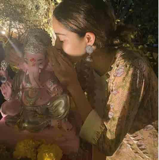 , બાપ્પાનું વિસર્જન:શિલ્પા શેટ્ટીએ સાસુ-સસરા સાથે ઘરમાં જ ગણપતિનું વિસર્જન કર્યું, સલમાનની બહેને પણ ગણેશજીને ભાવભીની વિદાય આપી, The World Live Breaking News Coverage & Updates IN ENGLISH