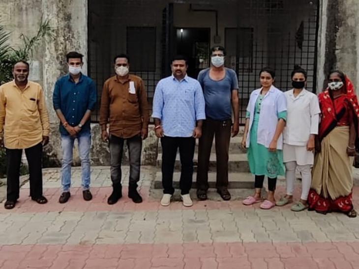 ગોંડલના ભરૂડી ગામે 100 ટકા વેક્સિનેશન, વયોવૃદ્ધ અને અશક્તોને ઘરે જઈ વેક્સિન આપવામાં આવી હતી|રાજકોટ,Rajkot - Divya Bhaskar
