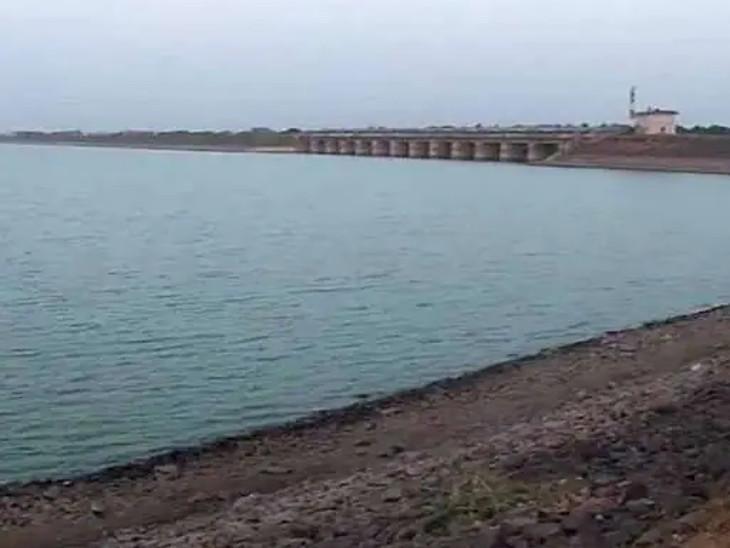 રાજકોટમાં 2 ઇંચ વરસાદ, ભાદરમાં 0.10, આજી-1માં 0.49, આજી-3માં 0.10, ન્યારી-2માં 0.33 અને છાપરવાડી 2 ડેમમાં 0.33 ફૂટ નવું પાણી આવ્યું|રાજકોટ,Rajkot - Divya Bhaskar