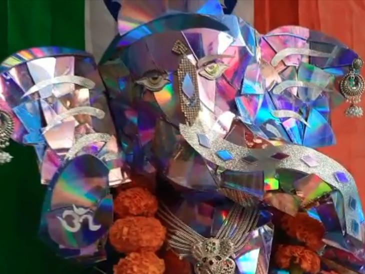 સુરતમાં ગણેશ ભક્તે વેસ્ટેજ DVDમાંથી 72 કલાકમાં બનાવ્યા દોઢ ફૂટના શ્રીજી, 10 દિવસ આરાધના કરશે|સુરત,Surat - Divya Bhaskar