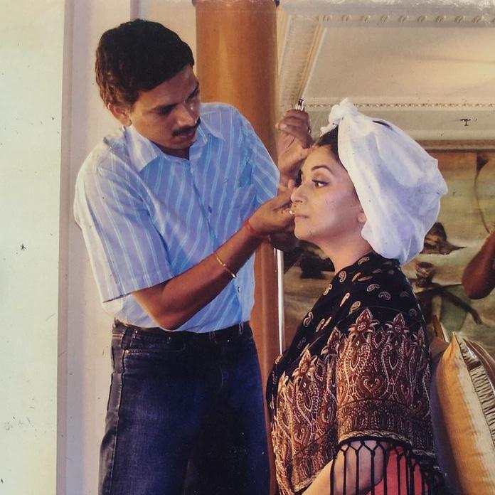 એક્ટ્રેસ માધુરી દીક્ષિતનો મેકઅપ કરી રહેલા આર્ટિસ્ટ વિનોદ ઘોલપ