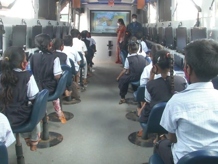 વડોદરા શહેરમાં સોલર સિસ્ટમથી ચાલતી બસમાં 348 બાળકો અભ્યાસ કરે છે - Divya Bhaskar