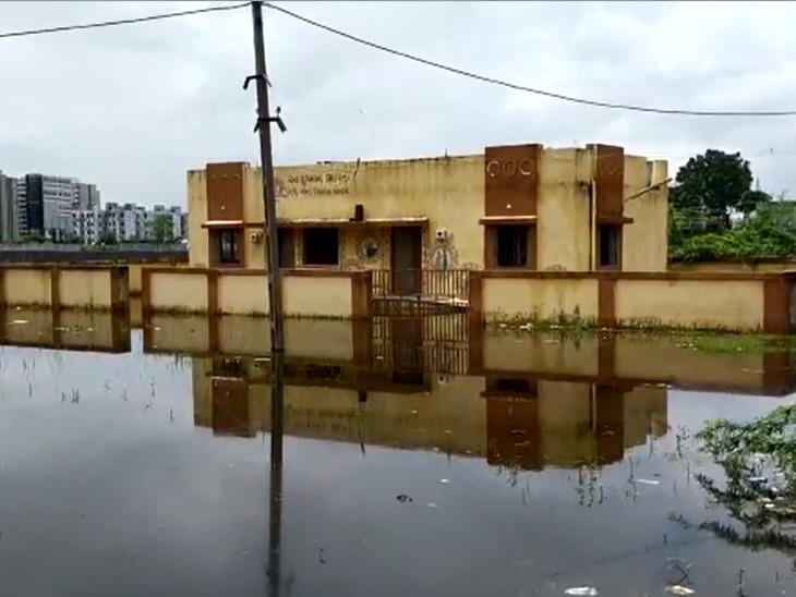 વડોદરામાં વરસાદ બાદ પાણીનો નિકાલ નહીં થતાં આરોગ્ય કેન્દ્ર પાણીમાં ગરકાવ, સ્થાનિકો ખાનગી હોસ્પિટલમાં જવા મજબૂર બન્યા વડોદરા,Vadodara - Divya Bhaskar