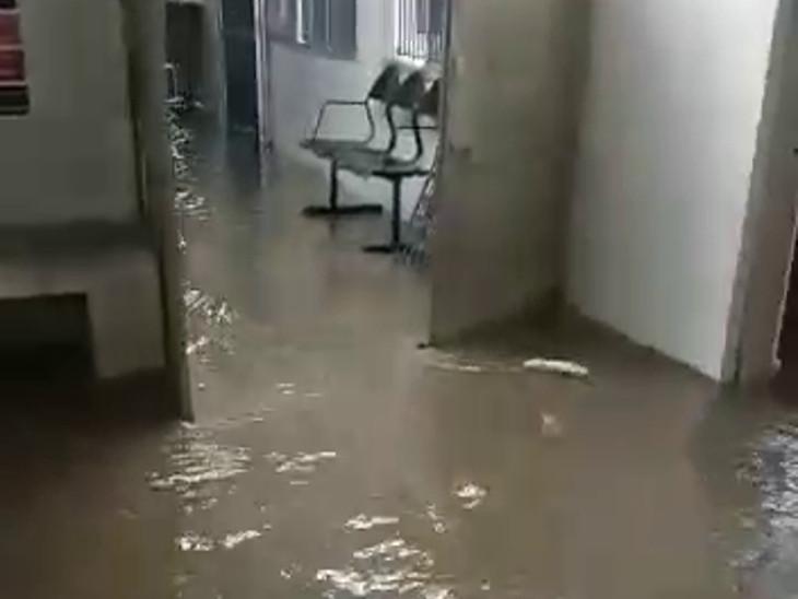 કોલિથડની સિવિલ હોસ્પિટલમાં પાણી ભરાયા.