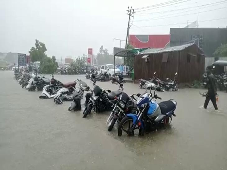 ધોધમાર વરસાદમાં શહેર પાણી પાણી થઇ ગયું
