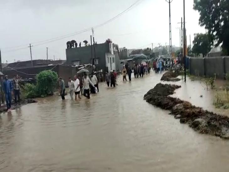 ડૈયા ગામે 20 જેટલા પરપ્રાંતીય લોકો ધોધમાર વરસાદમાં ફસાયા