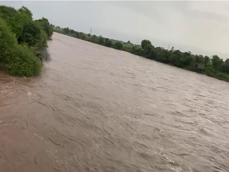 નદીના પટમાં અવરજવર નહીં કરવા અને સાવચેત રહેવા સૂચના આપવામાં