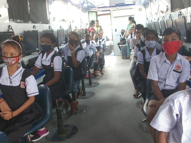 બસમાં કમ્પ્યુટર, ઇન્ટરનેટ, પ્રોજેક્ટર અને ACની સુવિધામાં વર્ગખંડ બનાવ્યા છે
