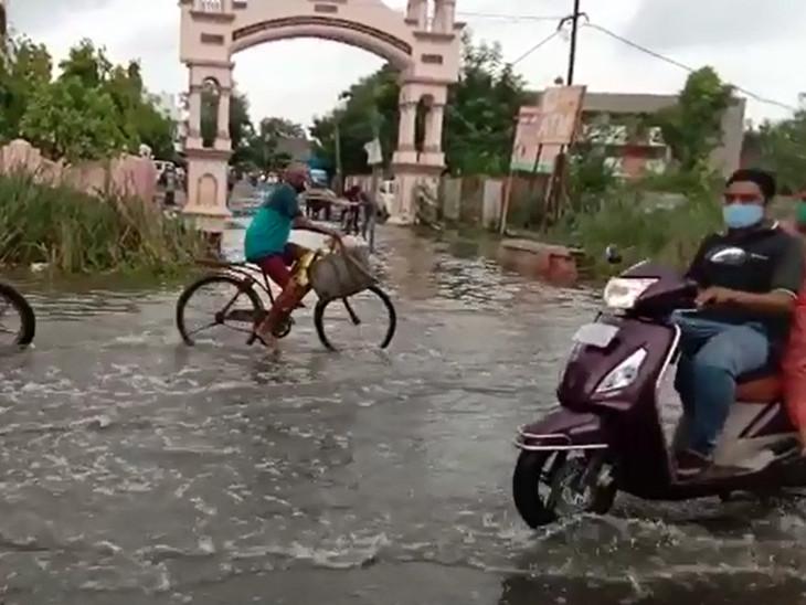 આજવા રોડ પર આવેલા સયાજીપુરા ગામમાં ઠેર-ઠેર વરસાદી પાણી ભરાયા છે