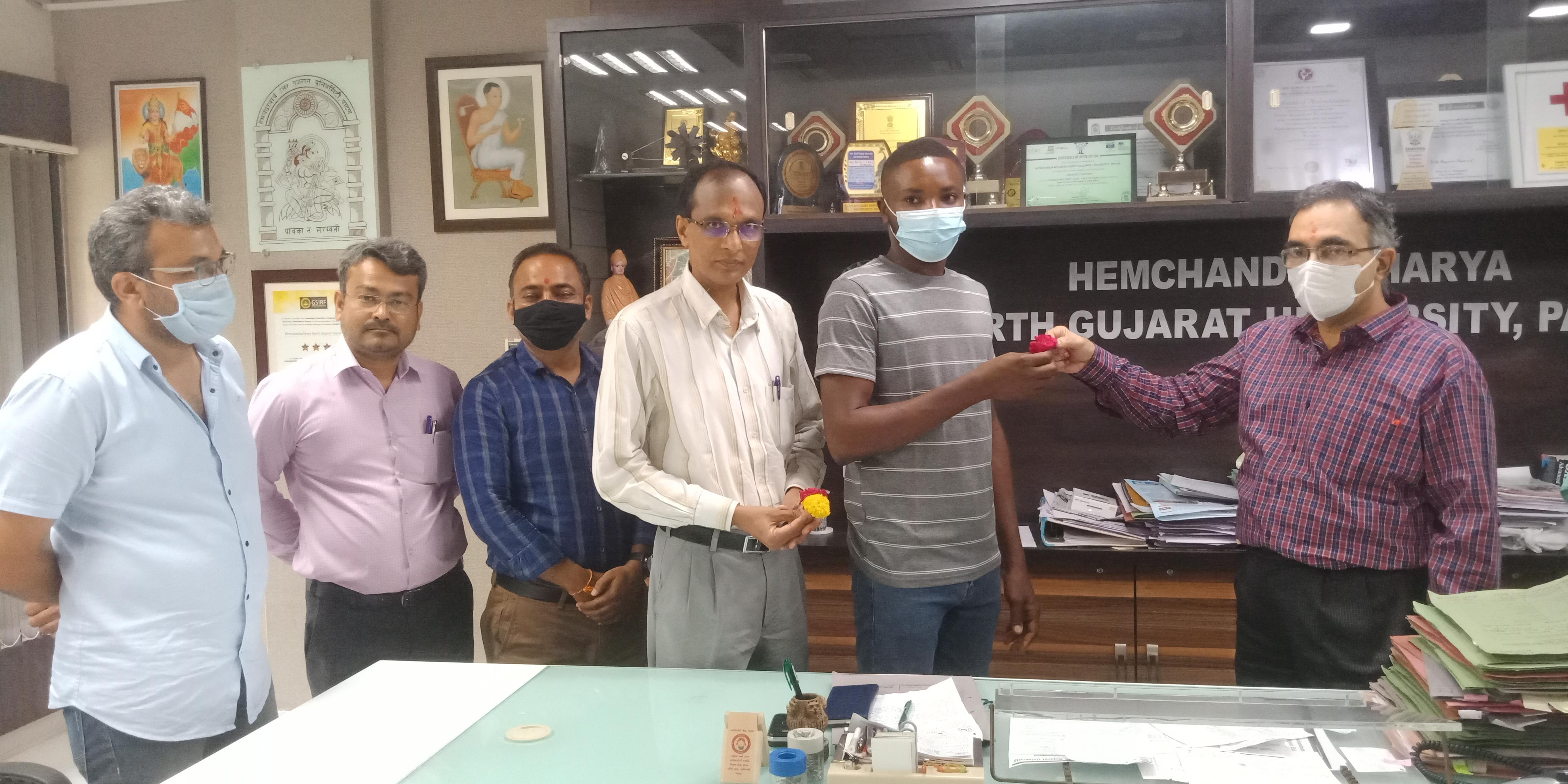 ભારત સરકારના ICCR પ્રોગ્રામ અંતર્ગત ઘાનાના વિદ્યાર્થીએ પાટણની હેમચંદ્રાચાર્ય ઉત્તર ગુજરાત યુનિવર્સિટીમાં પ્રવેશ મેળવ્યો પાટણ,Patan - Divya Bhaskar