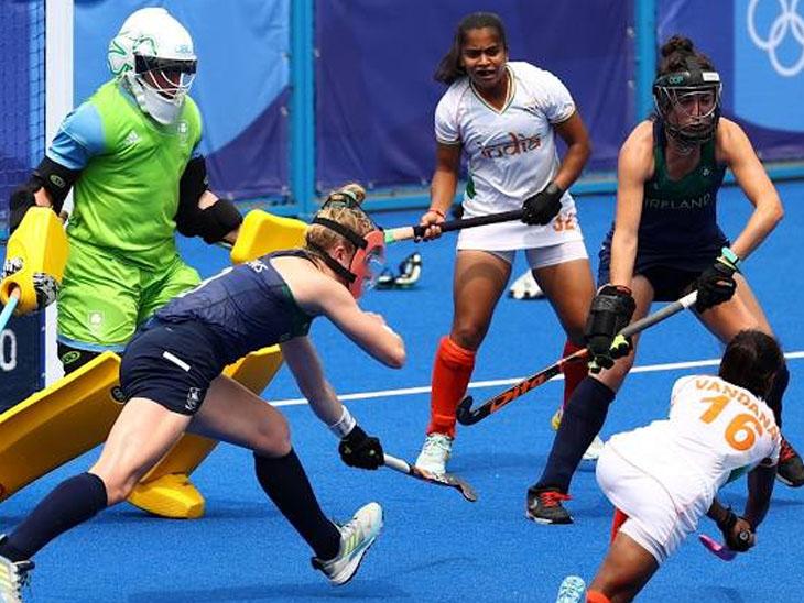 ઈન્ડિયન મહિલા હોકી ટીમ અને આયરલેન્ડ મહિલા ટીમની તસવીર