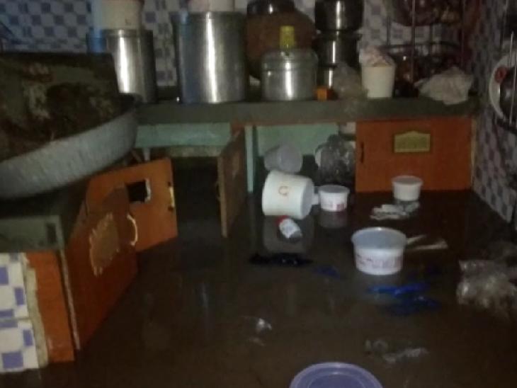 જામનગરમાં ઘરના રસોડામાં પૂરના પાણી ભરાયા