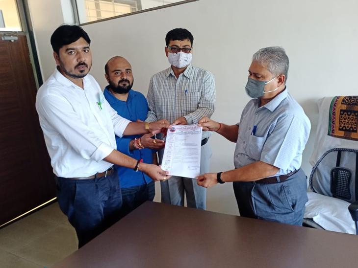 મોડાસામાં ડીડીઓ-કલેક્ટર કચેરીઅે આવેદન આપ્યું - Divya Bhaskar